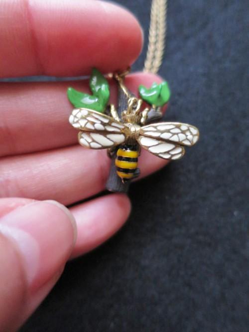 小枝のハチさんネックレス