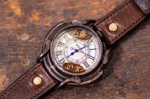 文字盤の一部を焼いた大き目のローマ数字の腕時計(Curtis Large/在庫品)