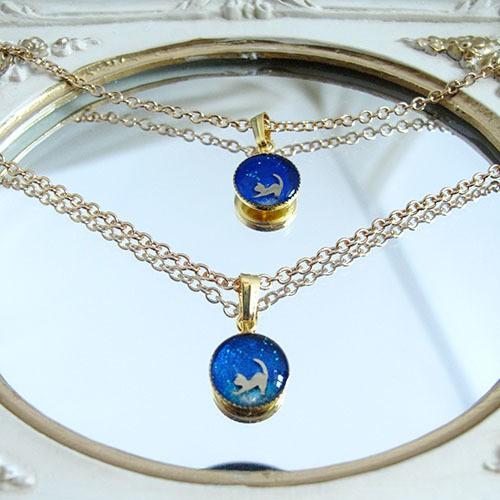 ちいさな猫のネックレス 青色丸サイズ ゴールド金具