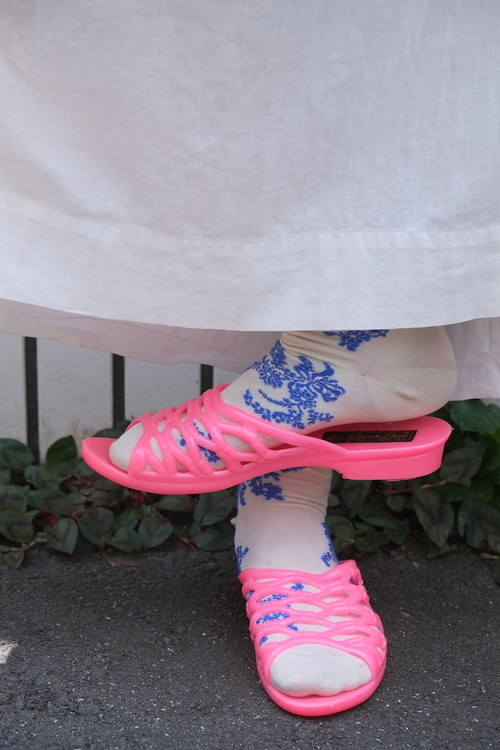 pink net vinyl sandal.