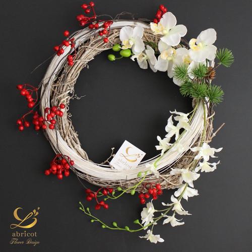 胡蝶蘭と赤い実のお正月リース