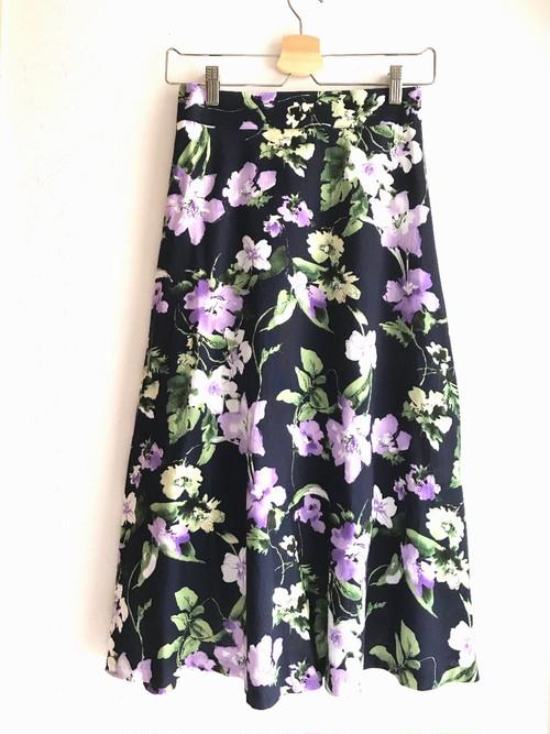 春夏素材の長め丈花柄スカート ネイビー