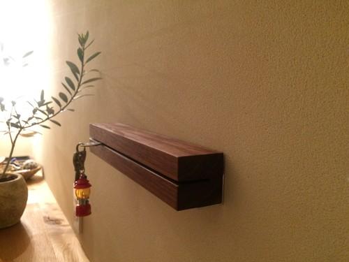 玄関をスッキリみせる壁掛け鍵置き ウォルナット無垢材