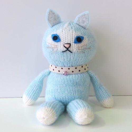 編みぐるみ          (だっこ猫ちゃん 水色)