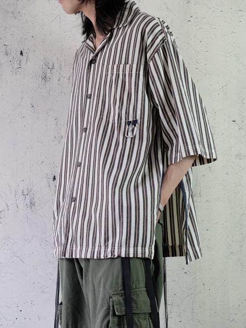 over slit stripe shirt