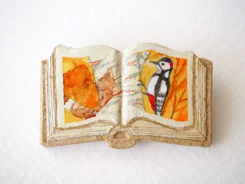 送料無料◆絵本みたいな陶土のブローチ《夕焼けキツツキ》