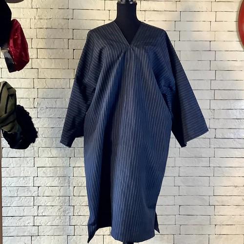粋な大人感を演出する濃紺の縦縞模様 絹100%紬 長袖ワンピース 21OP010
