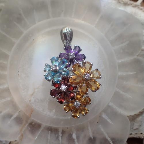 花束 色とりどりの天然石 ペンダント