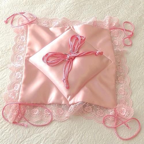 レースを飾ったピンクの四つ結び和風リングピロー