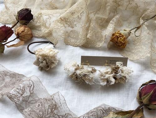 【9月のspecial set】裂き編み flower ballヘアゴム  (ecru) & 裂き布フープイヤリング petals antique (camel & ecru)