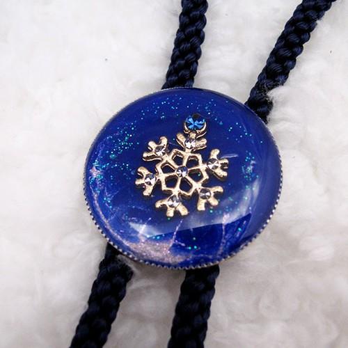 まるいループタイ 青い雪