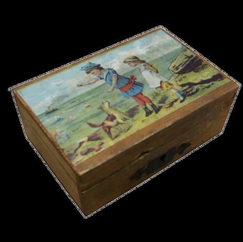 海辺で遊ぶ男の子と女の子が描かれた木箱