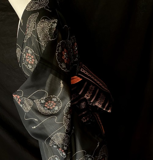 〈雪輪に華紋の紗の着物〉夏の着物 紗 織り出し 黒の着物 トール 古典柄