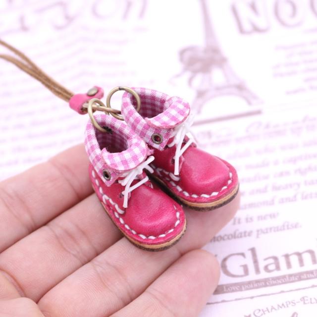 小さな革ブーツのネックレス|ピーチ裏地付
