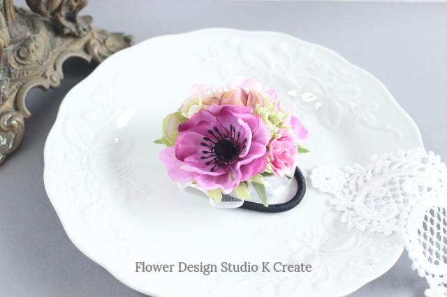 ピンクのアネモネとデルフィニウムのヘアゴム お花 ヘアゴム ピンク 薔薇 髪飾り おでかけ アネモネ