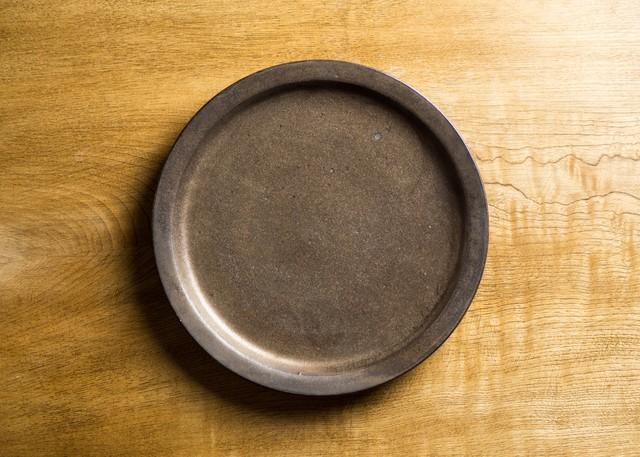 7寸 プレートマンガン釉(中皿・22cm皿)/鈴木美佳子