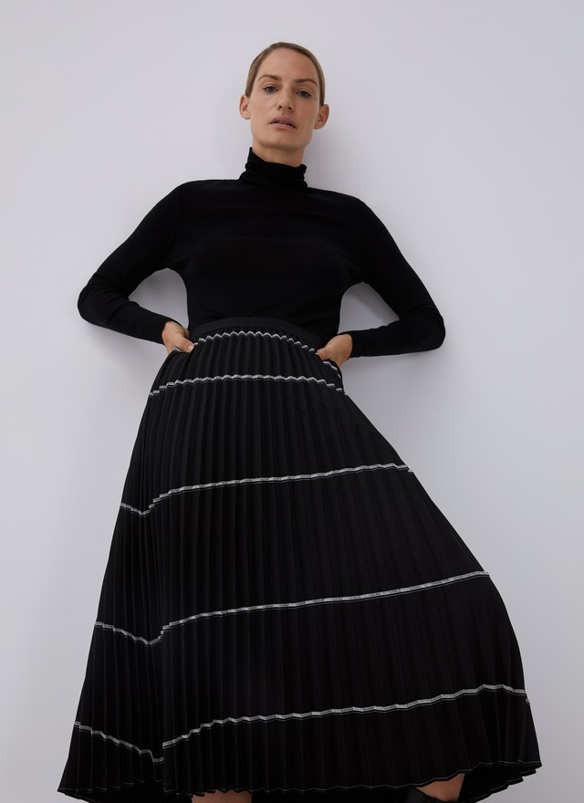 STITCHING DESIGN PLEATED SKIRT