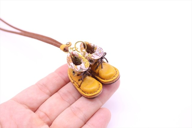 小さな革ブーツのネックレス|チョコ