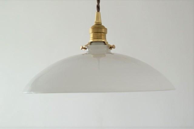 大きめのミルクガラスシェード照明