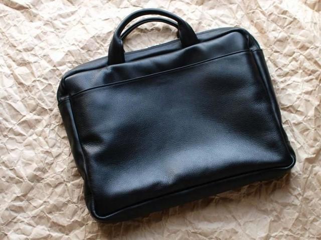 黒い牛革のビジネスバッグ 001