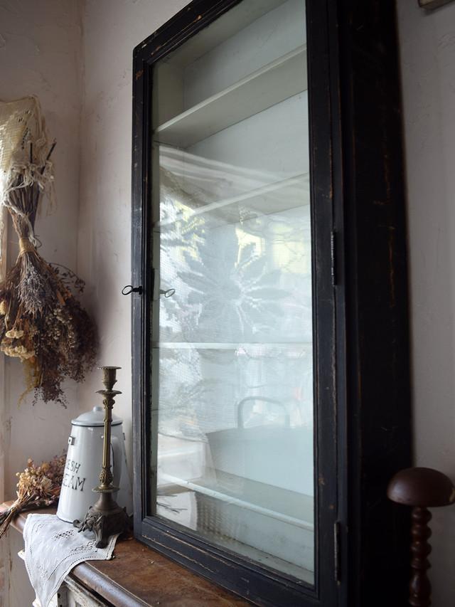 壁付ガラス飾り棚 白黒 薄型 鍵付き