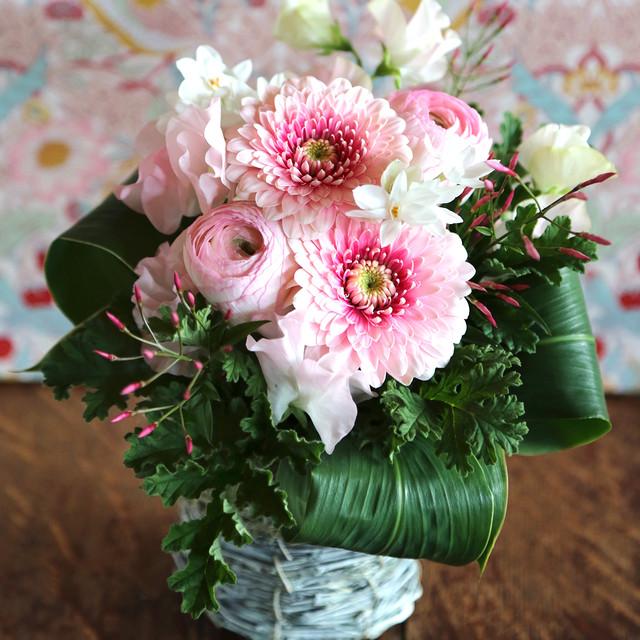 春色ピンクのガーベラと春のお花のアレンジメント