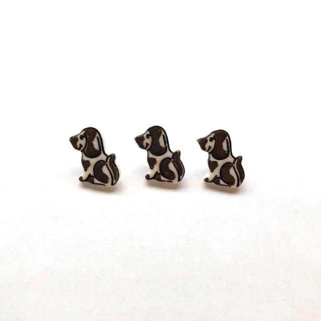 茶色いブチ模様の小さな犬のフランスボタン