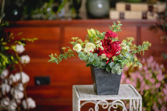 季節のお花のボルドーカラーアレンジメント