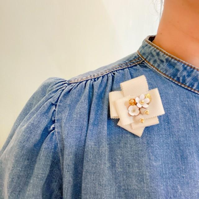 【新登場!】Madame pointe リボンとレザーフラワーのコサージュ miniタイプ(ホワイト)
