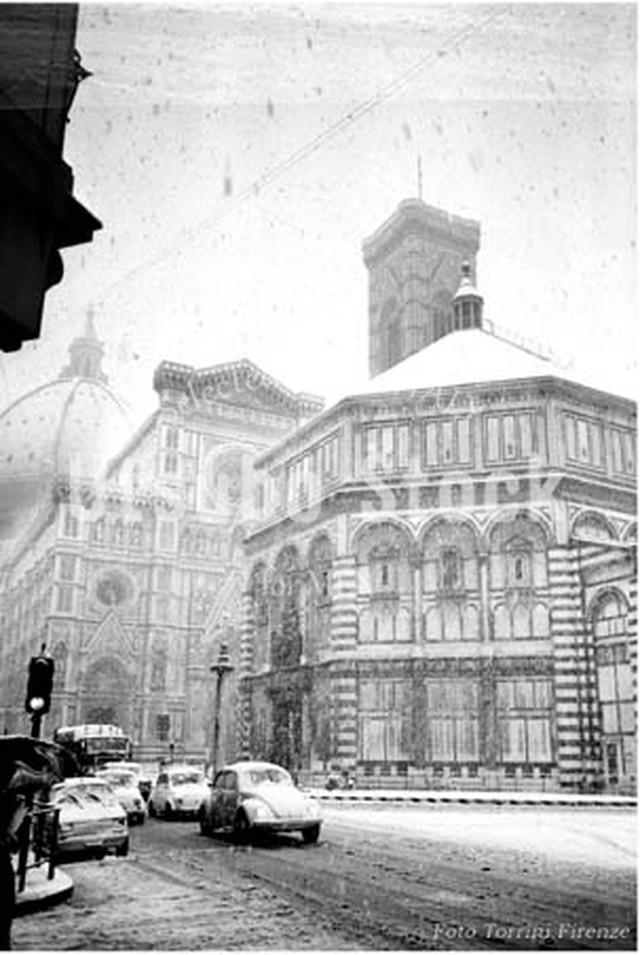 1973年撮影 フィレンツェ ドゥオモ 雪景色【392197301】