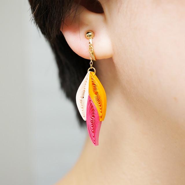 片耳0.4g♪フォックステイルイヤリング・ピアス[ピンクオレンジ] , ペーパークイリングの軽いイヤリング・軽いピアス
