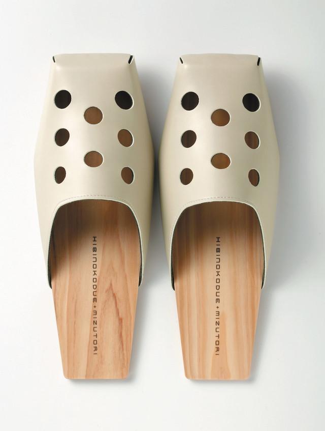【受注生産】ひびのこづえ + mizutori ひのきの履き物 パンチング・丸 / ベージュ 室内用
