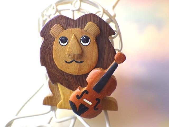 ライオンとバイオリン 木製ブローチ