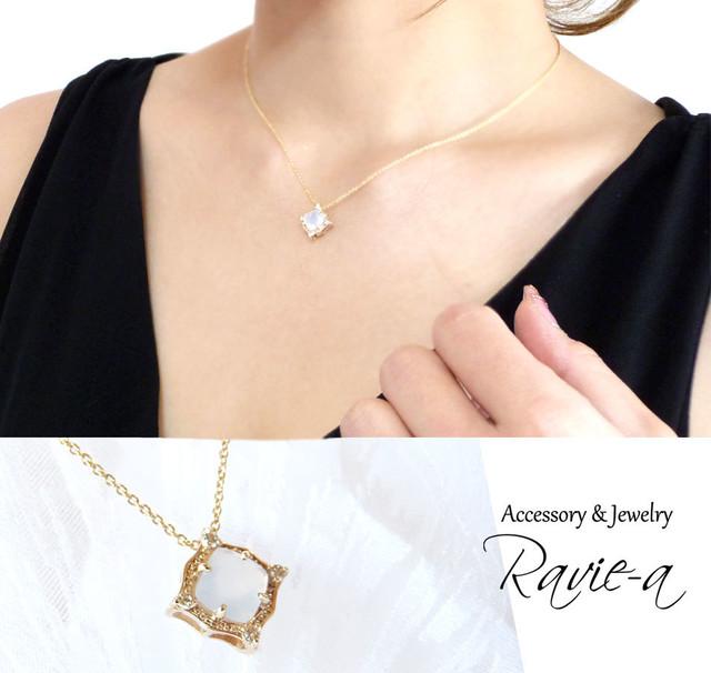 nt27pn-d-chalcedony 透明感のあるカルセドニーにダイヤモンド4石を添えたクラシックなスクエアネックレスペンダントトップ