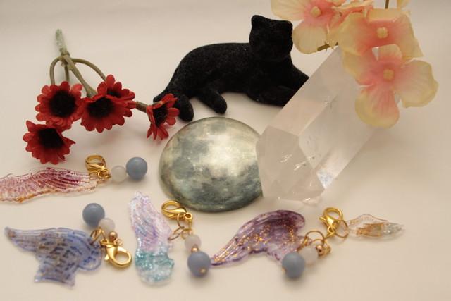 【癒やし】エンジェライトとムーンストーンのチャーム|金運、恋愛運アップのおしゃれなパワーストーンブレスレットふぃーりんぐ  Cat