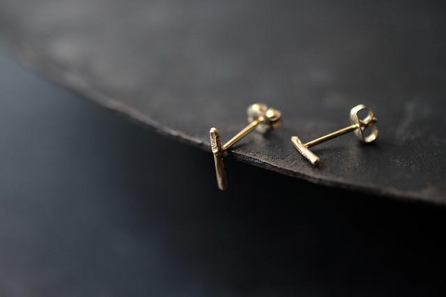 小さいシワの一本線ピアス(gold)