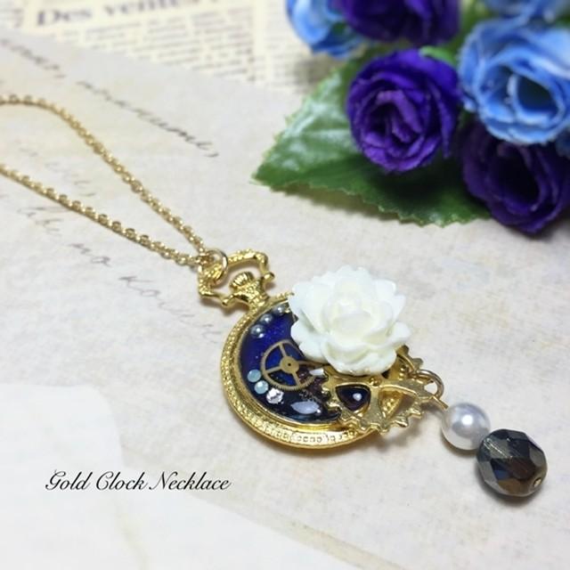 金時計と白花のネックレス