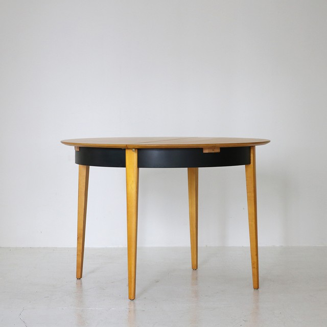 Round dining table / Cees Braakman for Pastoe