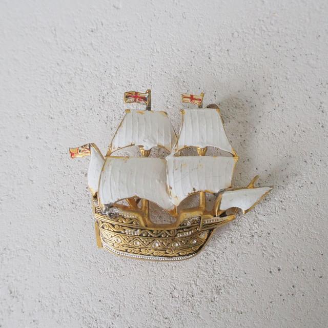 大航海時代の白い帆船のブローチ【スペインヴィンテージブローチ】