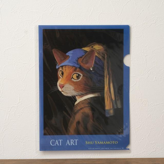 真珠のイヤリングをした少女猫のA4サイズクリアファイル