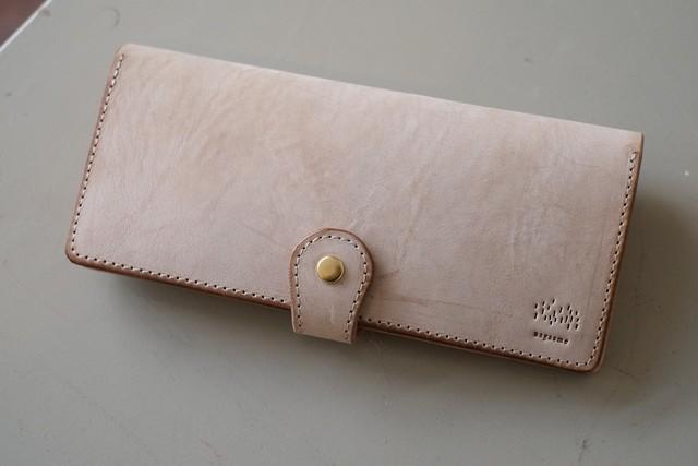 微妙に白い牛革の長財布【nagaame】