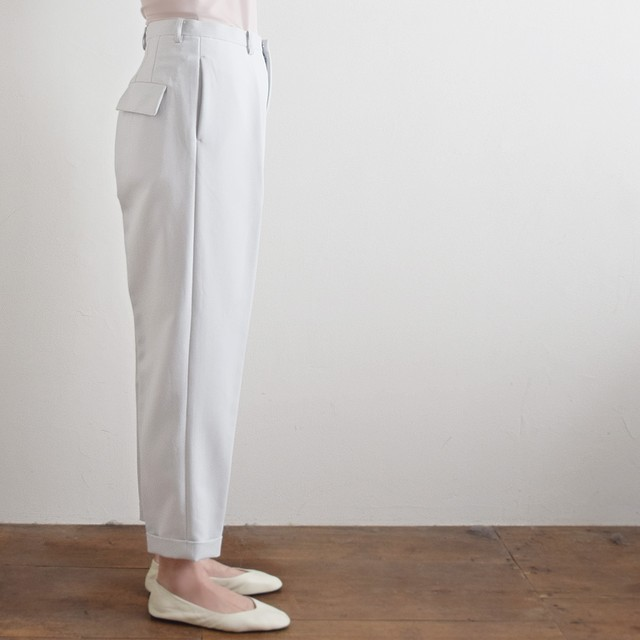 "jens イェンス ""slacks"" テーパードパンツ light grey"