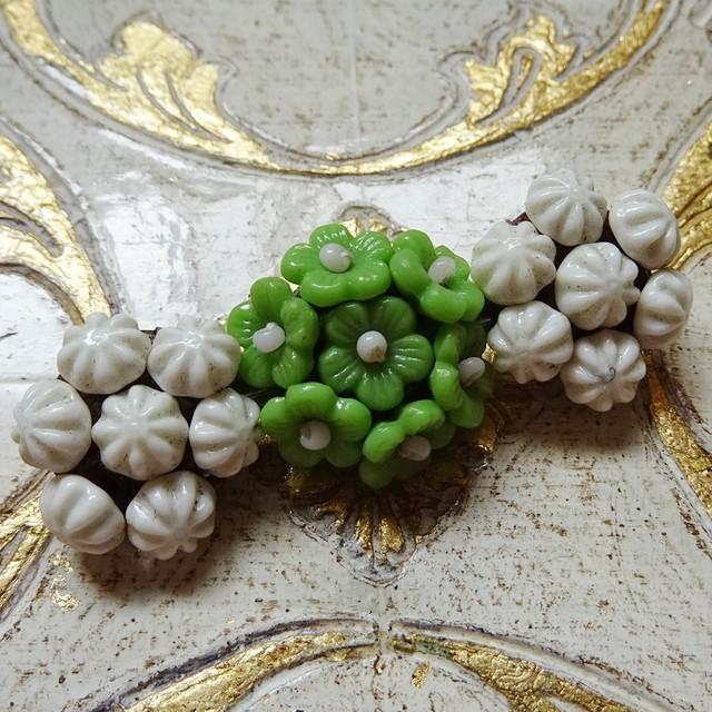 チェコ ヴィンテージガラス小花のブローチ / 白xグリーン