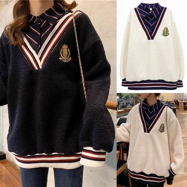 レイヤード風 シャツ付き カレッジ Vネック ニット セーターク 韓国ファッション レディース 刺繍 ステッチ ストライプ ウール 長袖 シャツ 袖ライン 裾ライン ネックライン / Lamb Wool Fake 2 Plus Velvet Sweater (DTC-606238213626)