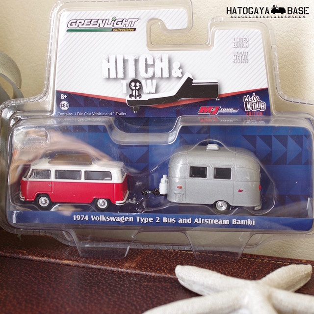 フォルクスワーゲン ミニカー T2 Bus & Airstream Bambi Hitch & Tow V DUBS 1/64 [GLHTVS03]