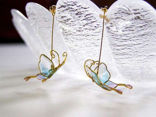 小さな蝶々のノンホールピアス
