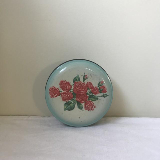 バラの丸い缶