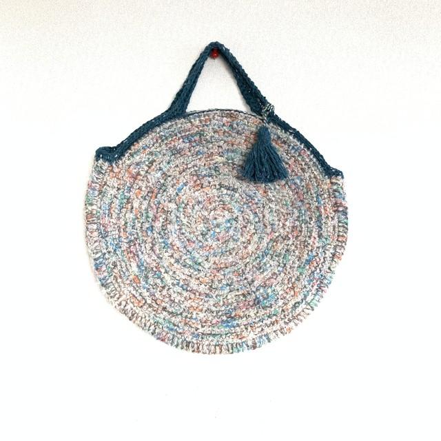 グレーベースに葡萄色と水色のお花を編み込んだトートバッグ