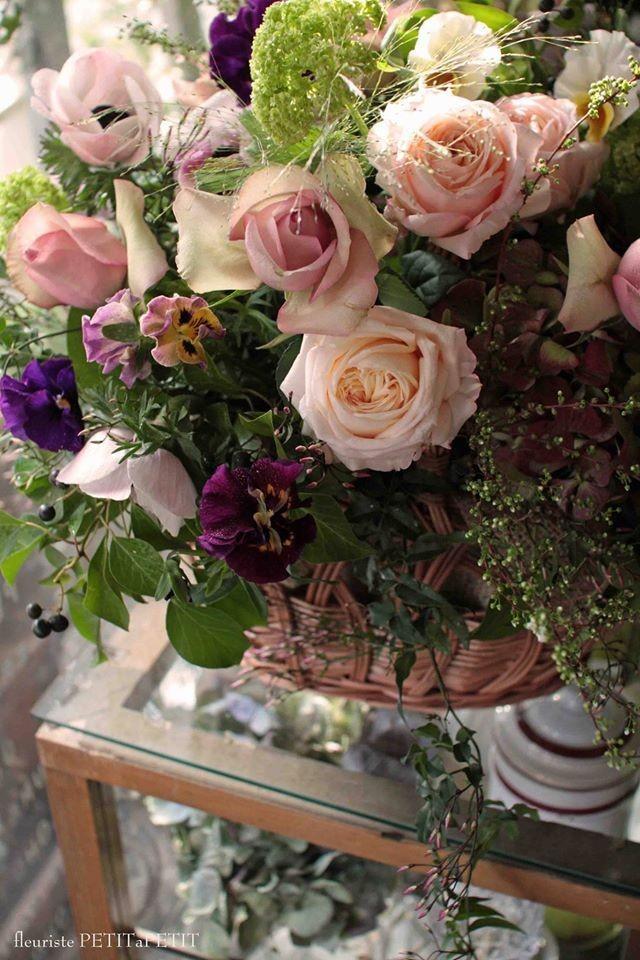 エマイユ*花を持つ手のブローチ