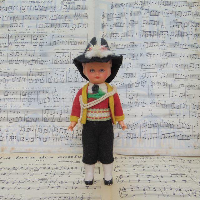 アルペンハットを被った民族衣装の男の子